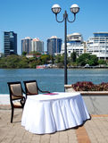 Table de cérémonie de mariage par la rivière Photo stock