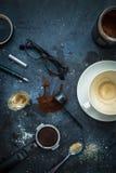 Table de café - accessoires d'expresso, tasse de café vide Photos stock