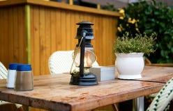 Table de café de rue avec l'essence-lampe de vieux type Photos stock