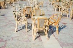 Table de café et présidences en osier Photos stock