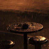 Table de café sous la pluie de nuit Photos libres de droits