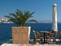 Table de café sur un harbourside avec le palmier Image stock