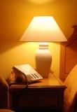 Table de chevet lamplit rangée Photographie stock libre de droits