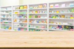 Table de compteur de pharmacie de pharmacie avec le backbround d'abrégé sur tache floue photographie stock libre de droits