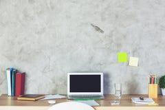 Table de concepteur avec l'écran vide d'ordinateur portable Image stock