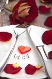 Table de configuration pour le jour de valentines avec des pétales Photo libre de droits
