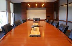 Table de corporation de salle du conseil d'administration avec des présidences. image libre de droits