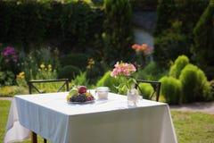 Table de cottage avec des fleurs dessus Images libres de droits