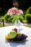 Table de cottage avec des fleurs dessus Images stock