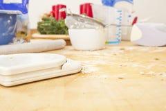 Table de cuisine avec des ustensiles de traitement au four Photographie stock libre de droits