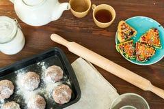 Table de cuisine avec la pâtisserie appétissante image stock