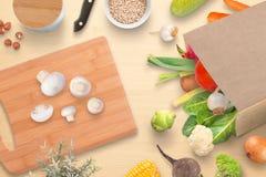 Table de cuisine avec la planche à découper, les champignons, les épices et les légumes frais du marché de ville Image stock