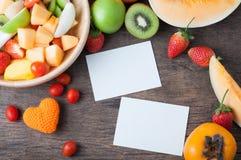 Table de cuisine avec la variété colorée de fruits du plat en bois avec Image stock