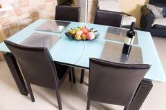 Table de cuisine moderne avec des fruits un vin photographie stock libre de droits