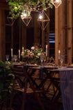 Table de décoration avant un banquet dans une grange en bois Photo stock