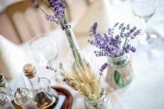 Table de décoration de mariage avec la lavande et la verdure Photo stock