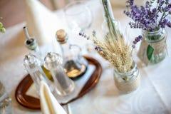 Table de décoration de mariage avec la lavande et la verdure Photos stock