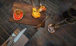 Table de dîner avec de la sauce à fraise, la bière foncée et des couverts Image libre de droits