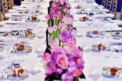 Table de dîner de fête avec de beaux bouquets de fleurs image stock