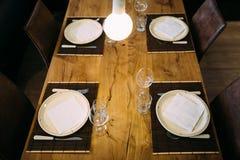 Table de dîner en bois élégante et chaises en cuir Photos stock