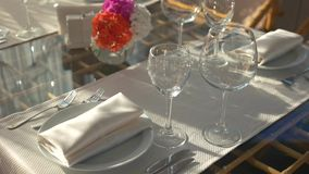 Table de dîner et lumière du soleil clips vidéos