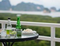 Table de dîner et vue gentille au-dessus de la montagne et vue gentille au-dessus de la montagne Images stock