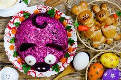 Table de dîner de Pâques avec les festins traditionnels photos libres de droits