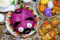 Table de dîner de Pâques avec les festins traditionnels photo libre de droits