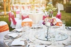 Table de dîner de réception de mariage plaçant dehors avec la lumière chaude pendant le coucher du soleil image libre de droits