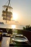 Table de dîner romantique de coucher du soleil   Photographie stock