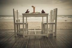 Table de dîner romantique installée sur la plage tropicale Photographie stock libre de droits