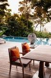 Table de dîner de station de vacances de relaxation de vacances par la mer de piscine d'infini images libres de droits