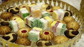 Table de dessert confiture de fruit de biscuit et confiture d'oranges multicolore Nourriture douce banque de vidéos