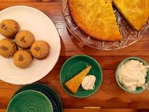 Table de dessert de thanksgiving : le gâteau au fromage de tarte de potiron, pâtisserie de choux, a fouetté la crème Photo libre de droits