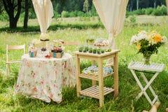 Table de dessert pour une partie Gâteau, petits gâteaux, douceur et fleurs d'Ombre Photo libre de droits