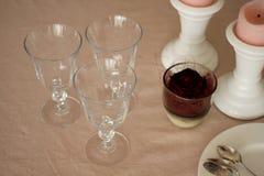Table de dimanche avec des verres, rose romantiques et des bougies Images stock