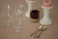 Table de dimanche avec des verres, rose romantiques et des bougies Image libre de droits
