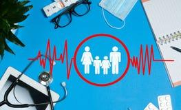 Table de docteur avec le stéthoscope et les articles sanitaires images libres de droits