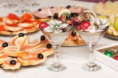 Table de fête avec des glaces de vin Photographie stock libre de droits