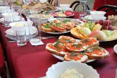 Table de fête avec la nourriture et les boissons Photographie stock libre de droits