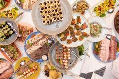 Table de fête avec les casse-croûte lumineux images stock