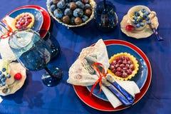 Table de fête décorée des fruits et des baies Photographie stock libre de droits