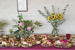 Table de fête de la nourriture bénie à la cérémonie bouddhiste d'habilitation d'Amitabha, bâti de méditation dans Ojai, CA Image stock