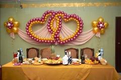 Table de fête de mariage, verres de champagne, sandwichs avec le caviar, casse-croûte, nourriture, ananas, coeurs, amour Photo libre de droits