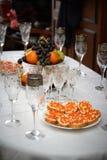 Table de fête de mariage, verres de champagne, sandwichs avec le caviar, casse-croûte, nourriture, ananas, coeurs, amour Photos libres de droits