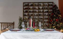 Table de fête de vacances mise avec la bibliothèque au fond photo libre de droits