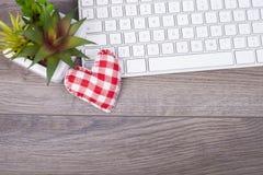 Table de fonctionnement avec un clavier un coeur Image libre de droits