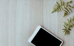 Table de fonctionnement de bureau, jour ouvrable sur la table en bois avec le comprimé photo libre de droits