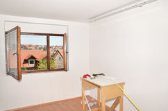 Table de fonctionnement dans le salon blanchi avec la vue Photographie stock