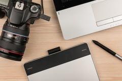 Table de fonctionnement de vue aérienne de photographe ou d'artiste Photographie stock